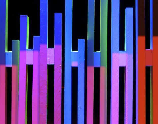 Ribbverket är målat så att det svarar med olika färger beroende på vilken belysning som används.
