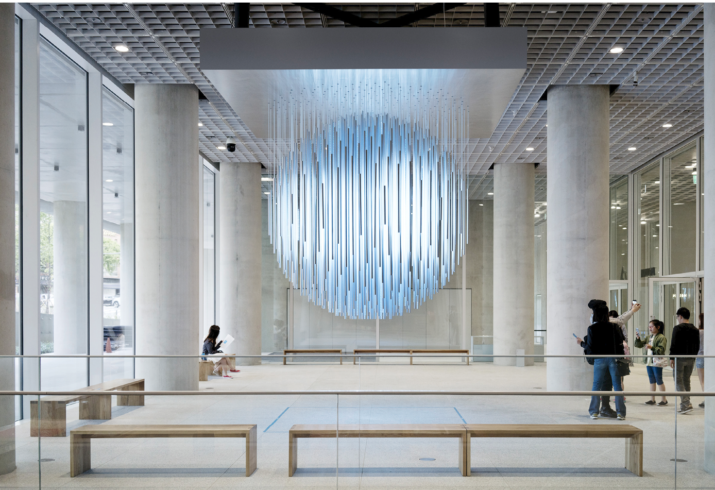 Byggnaden är smyckad av flera ljuskonstverk, bl.a: Blue Sun av Rafael Lozano-Hemmer.