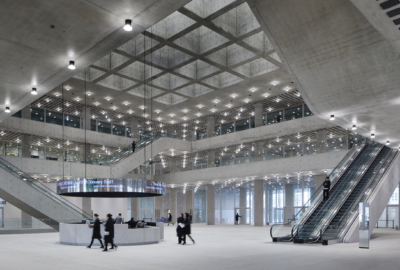 Holistisk design och hållbara material är karaktäristiska för den enorma huvudbyggnaden för det koreanska kosmetikaföretaget.