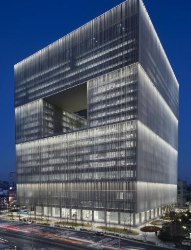 Skimrande står byggnaden och skiljer sig utan tvekan från sin omgivning, tack vare den otroligt vackra fasadbelysningen.
