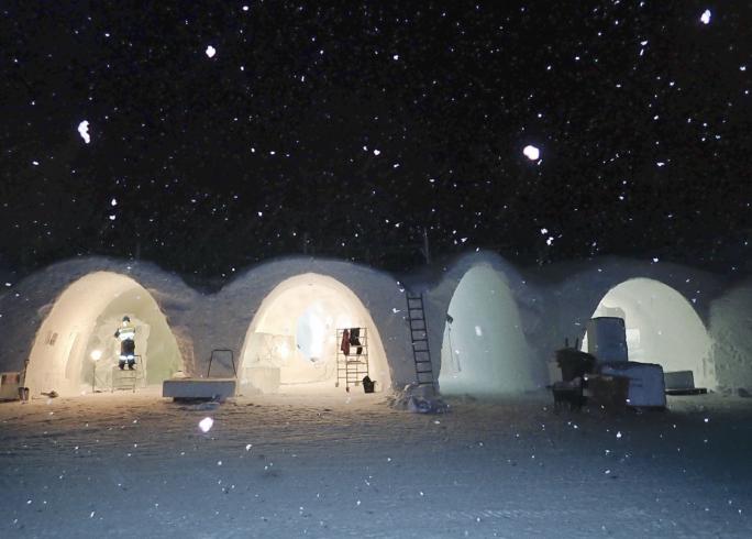 Korridorer och sviter hålls öppna in i det sista för att lättare kunna lyfta in mer is.