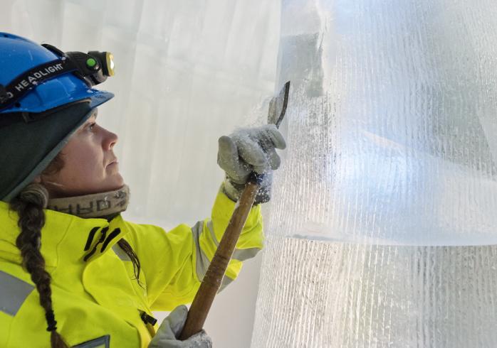 Precision, fingertoppskänsla och en stark rygg krävs för att skapa en svit på Icehotel.