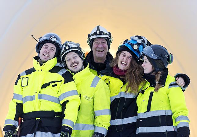Teamet har på drygt två veckor ljussatt hotellet. Från vänster: Hannes Mattson Gusfors, Henrik Spett, Janne Haglöf, Julia Oom, Alexandra Cleasson.