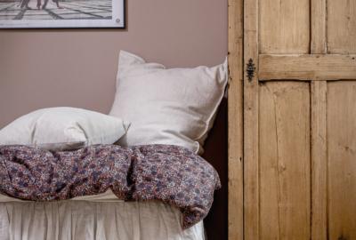 säng och skåp