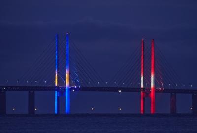 Bron lyser även i de svenska och danska färgerna.